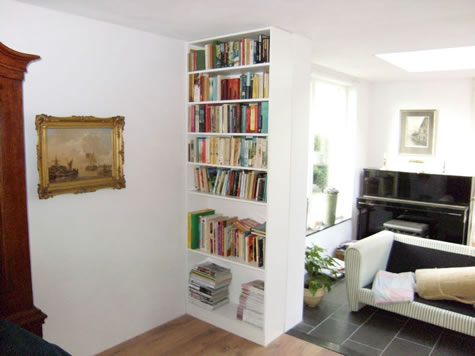 http://www.kossemeubel.nl/boekenkast/witte%20inbouw%20boekenkast%201.jpg